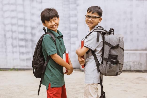 Dwóch azjatyckich studentów uśmiecha się i robi wspólne zdjęcie