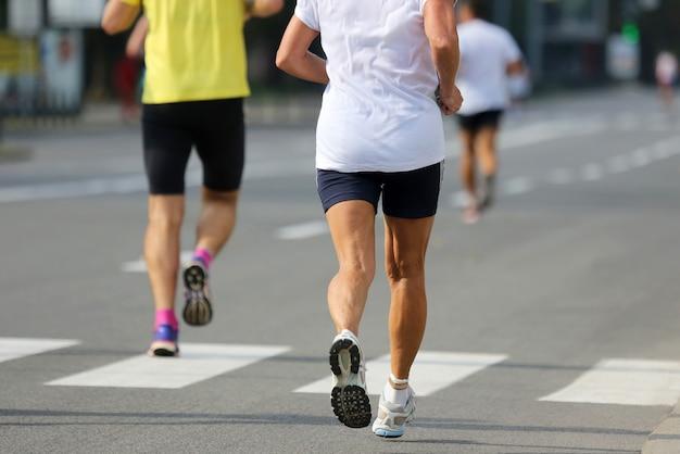 Dwóch biegaczy-sportowców na dystansie maratonu