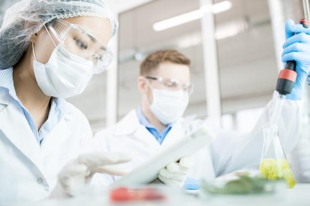 Dwóch biologów w laboratorium