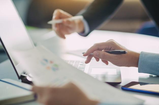 Dwóch biznesmenów analizując sprawozdanie finansowe firmy