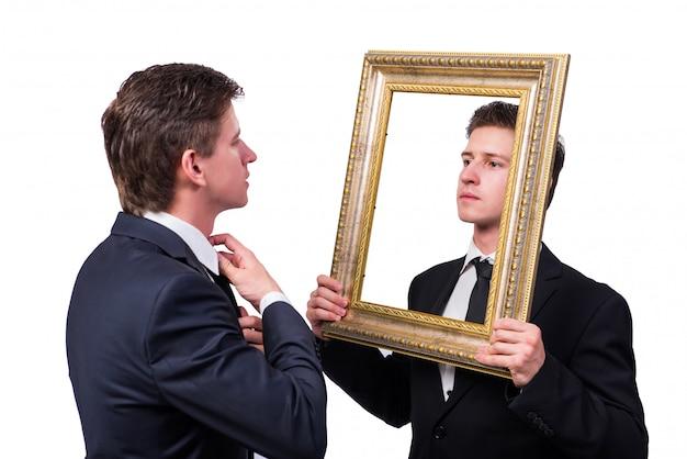 Dwóch biznesmenów bliźniaków kłócą się ze sobą na białym