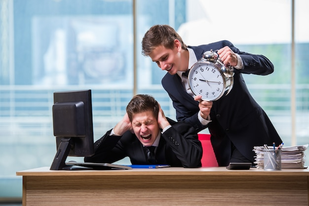 Dwóch biznesmenów bliźniaków kłóci się ze sobą w terminie
