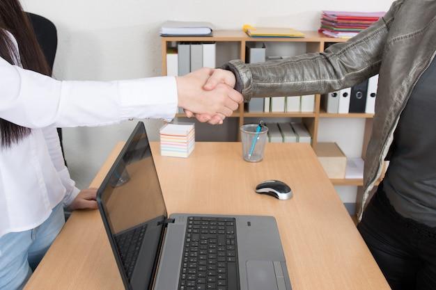 Dwóch biznesmenów drżenie rąk w pomieszczeniu
