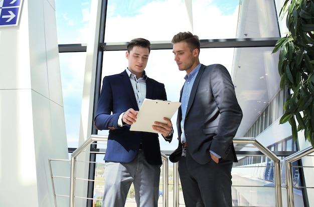 Dwóch biznesmenów omawiając biznes w biurze.