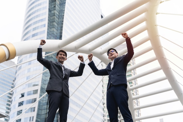 Dwóch biznesmenów osiągających cele