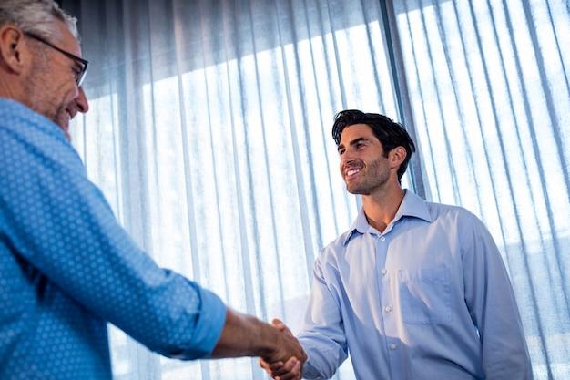 Dwóch biznesmenów podając uścisk dłoni