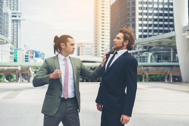 Dwóch biznesmenów szalony siebie próbuje dojść do porozumienia.