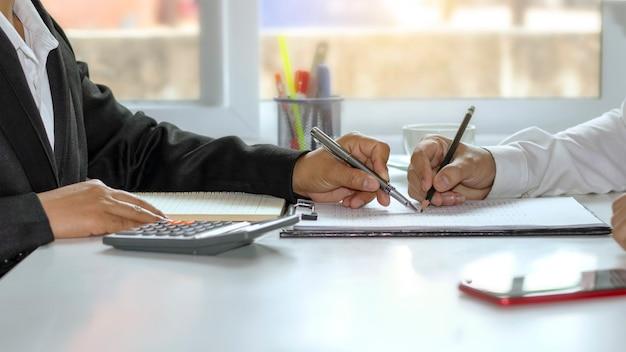 Dwóch biznesmenów wyjaśnia dokumenty i zgadza się na wspólne prowadzenie interesów, koncepcja pracy zespołowej. i zarządzanie zasobami ludzkimi