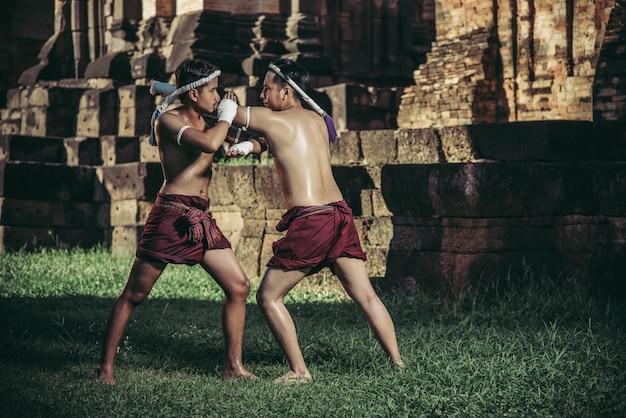 Dwóch bokserów walczy ze sztukami walki muay thai.