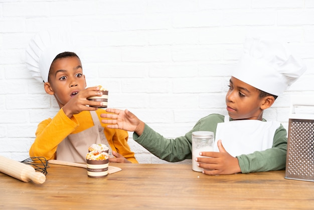 Dwóch braci afroamerykanów ubranych jak kucharz