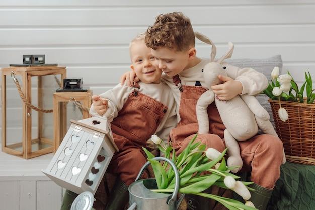 Dwóch braci na werandzie przytulanie razem wiosna lato czas przyjaźń koncepcja związek emocje