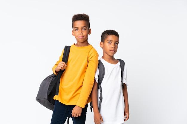 Dwóch chłopców african american studentów nad białym