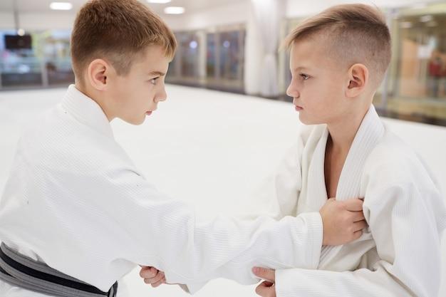 Dwóch chłopców ćwiczących technikę