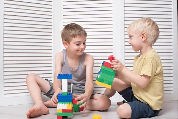 Dwóch chłopców gra projektanta. komunikacja i przyjaźń