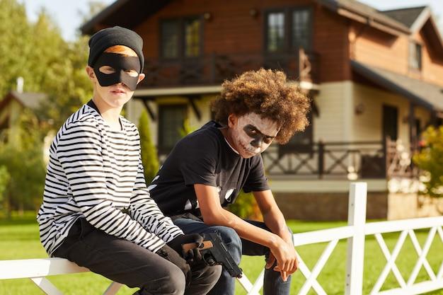 Dwóch chłopców na halloween