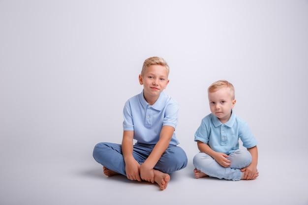 Dwóch chłopców się uśmiecha