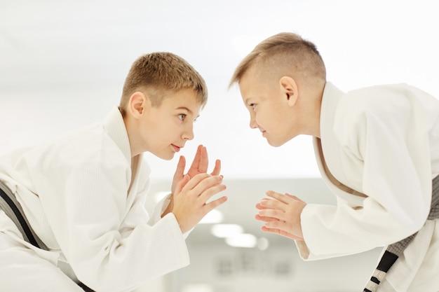 Dwóch chłopców walczących na zawodach