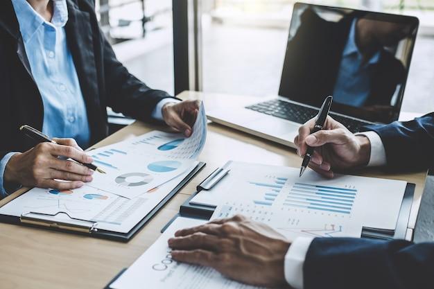 Dwóch dyrektorów wykonawczych omawiających statystyki finansowe sukcesu projektu wzrostu, pracujący projekt początkowy