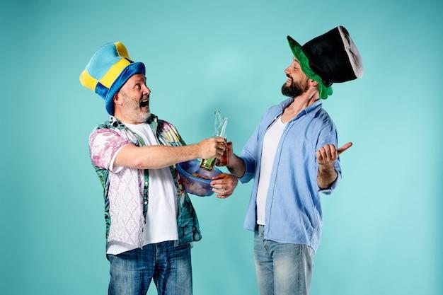 Dwóch fanów piłki nożnej na niebiesko