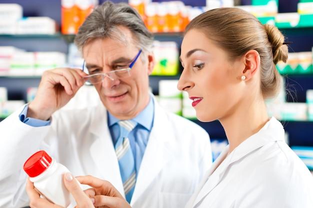 Dwóch farmaceutów w konsultacjach farmaceutycznych