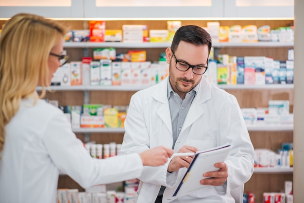 Dwóch farmaceutów w pracy.