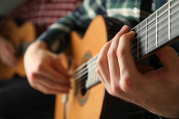 Dwóch gitarzystów z klasycznymi gitarami
