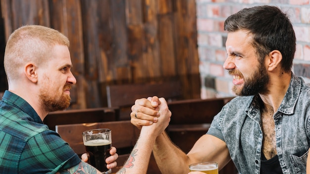 Dwóch gniewnych mężczyzn siłowanie się na rękę