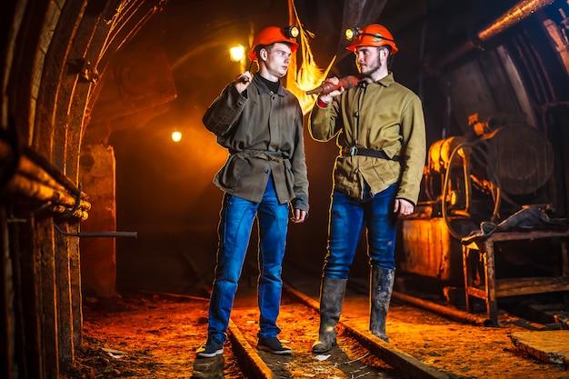 Dwóch górników w kopalni