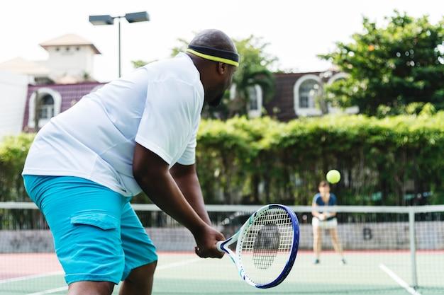 Dwóch graczy w meczu tenisowym