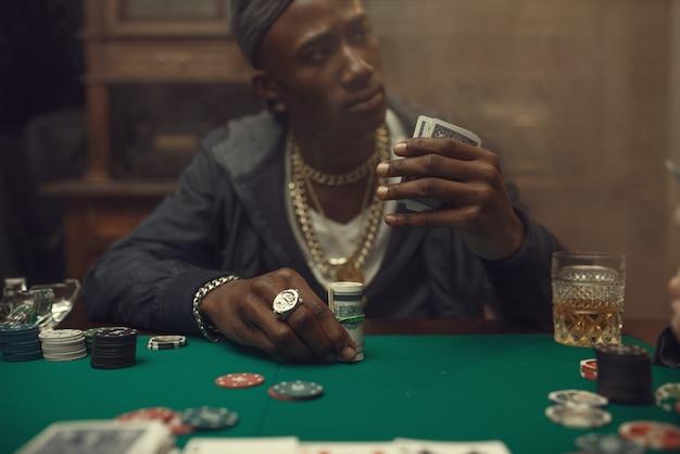 Dwóch graczy w pokera obstawia zakłady w kasynie
