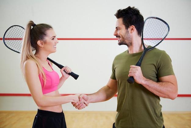 Dwóch graczy w squasha z rakietami