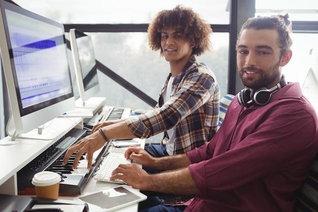 Dwóch inżynierów dźwięku pracujących razem w studio
