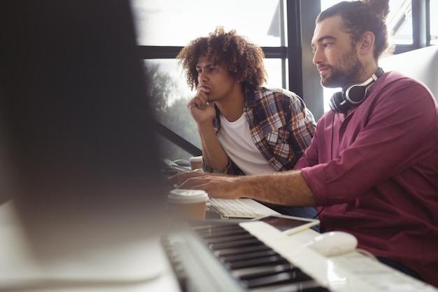 Dwóch inżynierów dźwięku pracujących razem