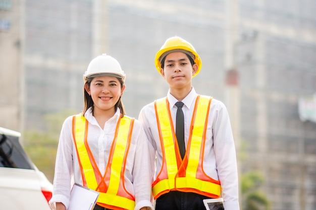 Dwóch inżynierów z tabletem na placu budowy