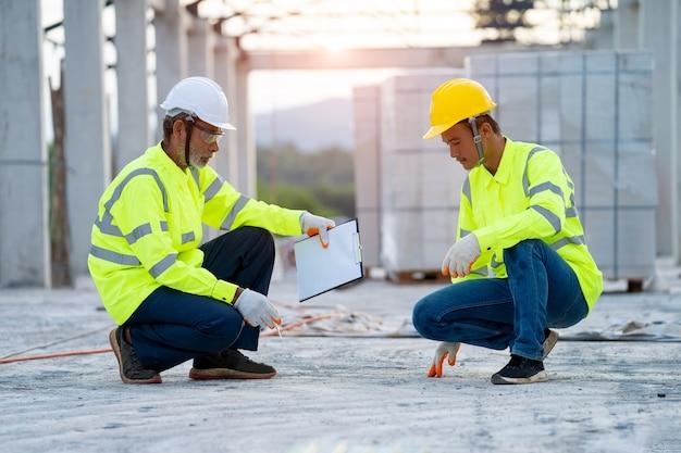 Dwóch inżynierów ze schowka pracujących na budowie