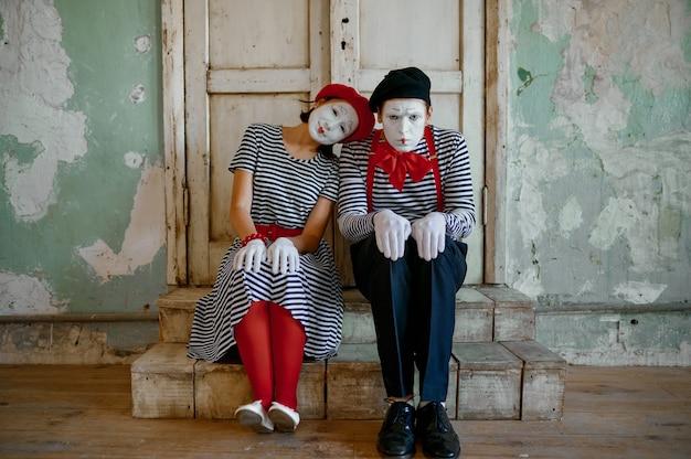 Dwóch klaunów, mimowie, parodia komediowa