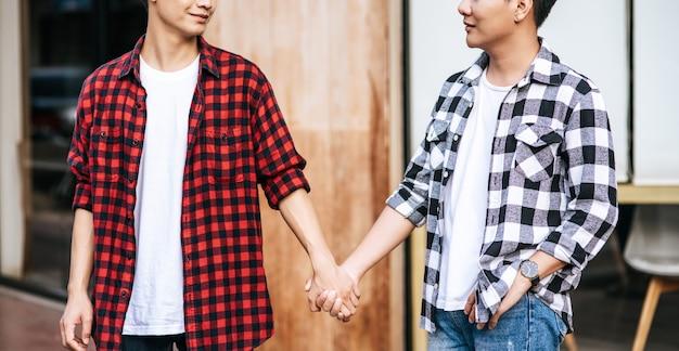 Dwóch kochających się mężczyzn stoi ramię w ramię.