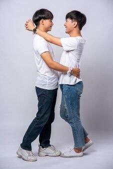 Dwóch kochających się mężczyzn szczęśliwie się ściska.
