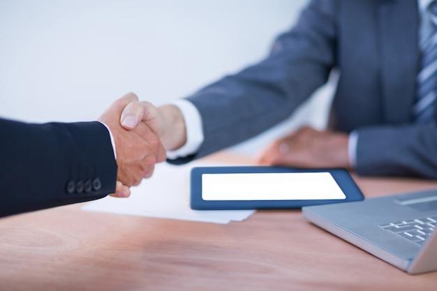 Dwóch kolegów biznesmenów drżenie rąk
