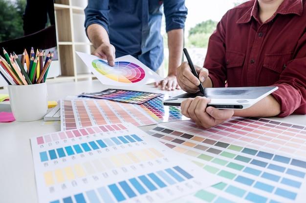 Dwóch kolegów kreatywnych grafików pracujących nad wyborem koloru i próbkami kolorów