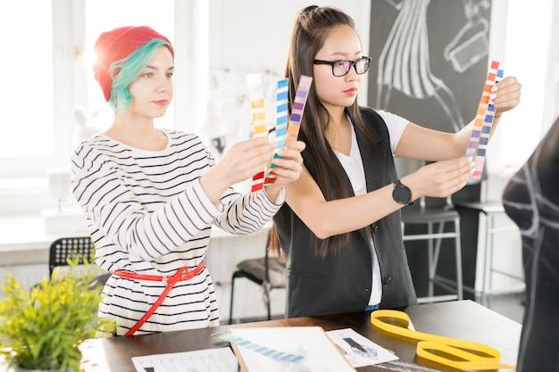 Dwóch kreatywnych projektantów pracujących w atelier