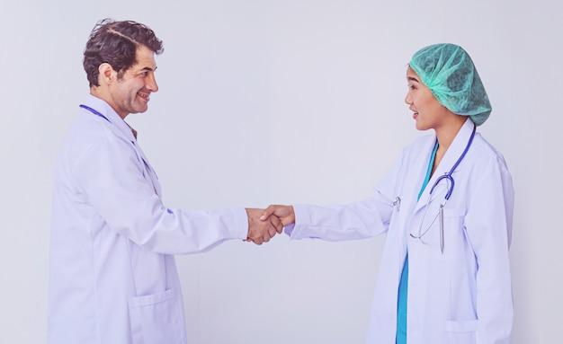 Dwóch lekarzy kręci rękami. medyczny uścisk dłoni