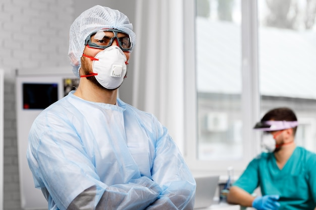 Dwóch lekarzy płci męskiej w mundurze ochronnym w szpitalu