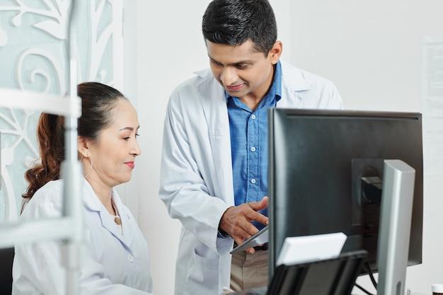 Dwóch lekarzy pracujących w zespole w biurze