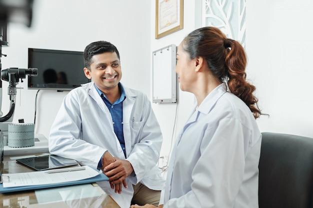 Dwóch lekarzy rozmawia w biurze