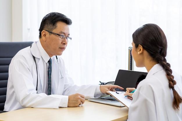 Dwóch lekarzy w szpitalu omawia diagnozę pacjenta