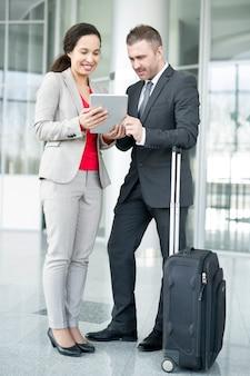 Dwóch ludzi biznesu czeka na lotnisku