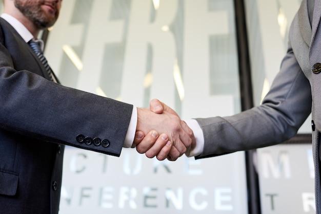 Dwóch ludzi biznesu, drżenie rąk