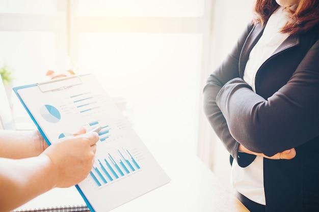 Dwóch ludzi biznesu na spotkaniu analizować sprawozdanie finansowe i omawianie danych
