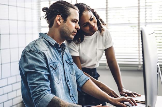 Dwóch ludzi biznesu pracujących i omawiających strategię z laptopem. kreatywni ludzie biznesu, planowania i burzy mózgów w nowoczesnym lofcie pracy. koncepcja pracy zespołowej